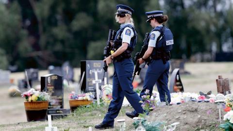 Polisen patrullerar vid en muslimsk begravningsplats i Christchurch dagarna efter terrordådet.   Bild: Mark Baker/AP