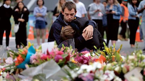 Sörjande utanför Masjid Al Noor-moskén i Christchurch, Nya Zeeland.  Foto: Vincent Yu/AP