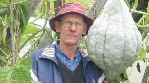 """""""Problemet med våra jordar är att de inte har någon humus och därför inte håller fukten. Vill du slippa vattna, täckodla!"""", säger trädgårdsodlaren Börje Remstam."""
