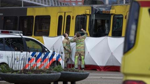 Räddningstjänst vid spårvagnen i Utrecht, där skott avlossades vid 10.45. Foto: Peter Dejong/TT/AP