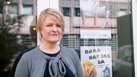 """Åsa Gustafsson, en av skaparna och skådespelarna i föreställningen """"För allas trevnad"""", som nu spelas på Masthuggsteatern. Bild: Maria-Elena Zelaya"""