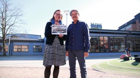 Eva Eckerbrant och Luís Tortosa visar upp en bild på Blå stället när det invigdes för 40 år sedan. Då bestod omgivningen fortfarande av åkrar. Bild: Sao-Mai Dau
