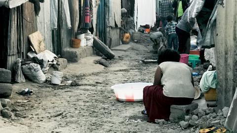 Vid lergatorna i slumpmrådet DC trängs bordeller med små smutsiga barer, affärer för allehanda småsaker, livsmedel och sovplatser för gatubarnen.