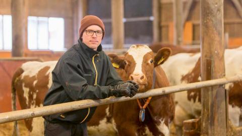 """""""Genom utbildningen har jag lärt mig vikten av kolsekvestration (att avlägsna koldioxid från luften, reds anm) som helhet och hur det kan påverkas på gården"""", säger mjölkbonden Heikki Salomaa.  Bild: Janne Viinanen/Valio"""