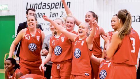 Högsbo Basket firar efter att ha slagit ut EOS från Lund i semifinalen i Lundaspelen. Bild: Avdo Bilkanovic/Bildbyrån