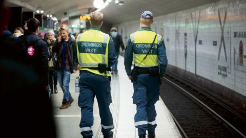 """""""Att vara ordningsvakt är ett tufft jobb och därför behöver vi ställa höga krav"""", skriver debattörerna.  Foto: Fredrik Sandberg / TT"""