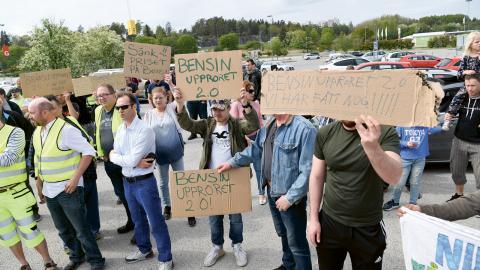 """""""Denna gång är det bensinupproret som närmast kidnappat landsorten i kampen för sänkta bensinskatter"""", skriver debattören.  Bild: Fredrik Sandberg/TT"""
