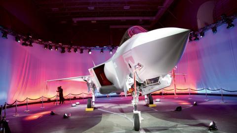 Det amerikanska företaget Lockheed Martin, världens största vapentillverkare, är en av utställarna på vapenmässan i Älvsjö.  Bild: Laura Buckman/NTB scanpix/TT