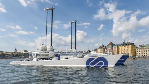 Energy Observer på väg in till Stockholm. Katamaranen drivs av en mix av sol, vind, vattenströmmar och vätgas. Bild: Energy Observer