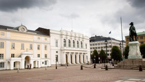 Låt ingen politiker, chef eller annan anställd tjäna mer än 50000 per månad, skriver debattören. Bild: Björn Larsson Rosvall/TT