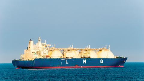 Miljöpartiet kräver att regeringen säger nej till att den planerade LNG-terminalen i Göteborg ansluts till gasnätet, skriver debattören. Bild: Shutterstock