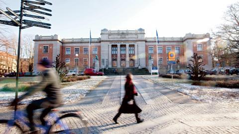Göteborgs universitet är det första universitet i världen som blev miljöcertifierat enligt standarderna ISO14001 och EMAS och därför bör de fortsätta ta ledningen i den klimatomställning som nutiden kräver, skriver debattören. Bild: Johan Wingborg/GU