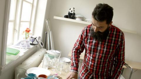 Tamim Azizi packar ned  alla prylar som ska forslas bort från fastighetens 21 lägenheter. Bild: Sao-Mai Dau