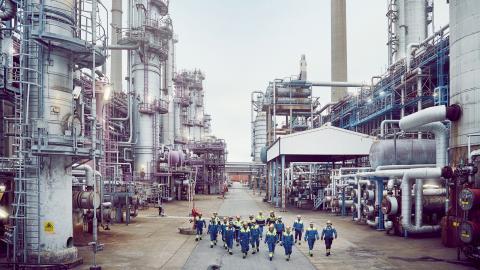 """""""Medan privatpersoner uppmanas att göra klimatsmarta val i vardagen, tillåter staten, i det här fallet via av Mark- och miljödomstolen, att ett oljebolag skapar en produktionsenhet som i så fall blir Sveriges enskilt största utsläppare av växthusgaser"""" Bild: Preem"""