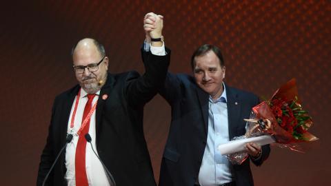 LO:s ordförande Karl-Petter Thorwaldsson tackar statsminister Stefan Löfven (S) efter talet på LO:s valkonferens inför valet 2018.  Bild: Hossein Salmanzadeh/TT