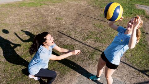 Benazir Jamshidi, 17 och Selma Snelder, 16 är grundarna till Lemonade IF – volleybollklubb utan vuxna som styr. Bild: Jakob Lundberg