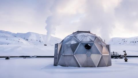 På Island finns det en CO2-sug som gör sten av koldioxid. Igloo i vilken det CO2- berikade vattnet pumpas ned i berggrunden. Bild: Magnus Hjalmarson Neideman/SvD/TT