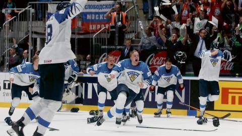 Finska namn har hojtats i Sverige de senaste veckorna när Finland gått mot guld i hockey-VM. Men när finskan ska stavas då bryr sig inte svenska om vad som är rätt. Det skriver språkaktivisten Tuomo Haapala. Bild: Ronald Zak/TT