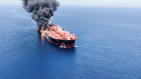 Två oljetankers attackerades i Omanska gulfen på torsdagen den 13 juni. Den ena började brinna och lämnades på drift efter att besättningen evakuerats. Bild: ISNA/AP/TT