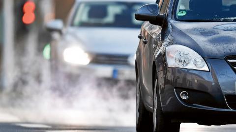 33 miljoner dieselfordon med manipulerad mjukvara rullar fortfarande på vägarna i EU.  BIld: Martin Meissner/AP