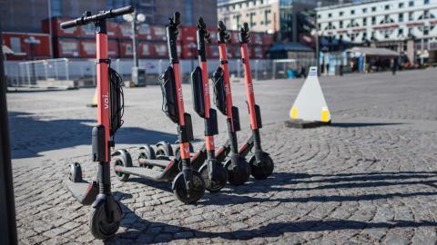 Det rödgröna förslaget att styra upp användningen av elsparkcyklar har klubbats i trafiknämnden. Foto: Stina Stjernkvist / TT