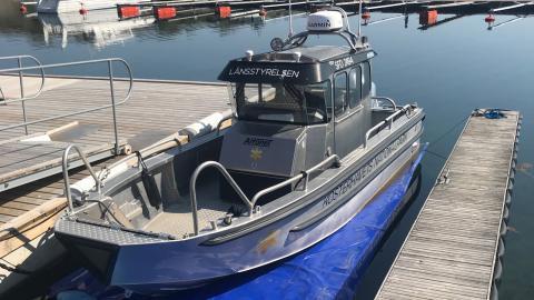 Tillsynsbåten som tillhör Kosterhavets nationalpark. Till den har man använt sig av skrovduk istället för att måla med bottenfärg i fem år.   Bild: Kosterhavets nationalpark