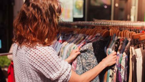 nför en råvaruskatt på alla nyproducerade produkter för att främja second hand-handel, skriver Robin Al-Salehi. Foto: Shutterstock
