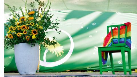 Många organisationer har med en tom stol draperad i regnbågsflaggan som en markering mot att högerextrema krafter har gjort att RFSL inte deltar i Almedalen i år. Bild: Henrik Montgomery/TT