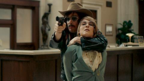 För en film vars hela existensberättigande ligger i att Stockholmssyndromet blev ett begrepp just efter det här rånet förklarar den inte riktigt varför Bianca tyr sig till Lars, tycker Signe Lidén. På bilden Ethan Hawke och Noomi Rapace.