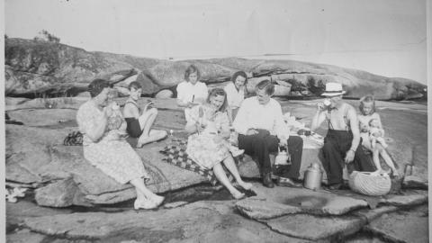 Folke Schimanski (till vänster på bilden) på en utflykt med familjen Holmqvist, en arbetarfamilj som ställde upp för familjen Schimanski efter ankomsten till Sverige.  Bild: Privat