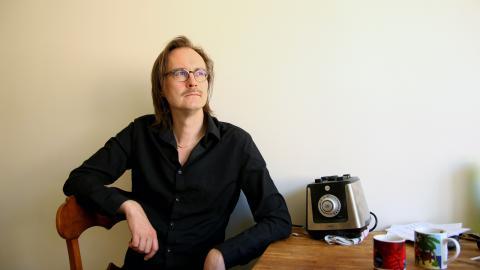 """Franska Trions bortgångne trummis Thommy Larsson spelade """"lite bakvänt på något vis"""", säger sångaren Matti Ollikainen.  Bild: Sao-Mai Dau"""