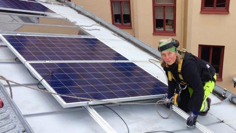 Mariann Meyer i full färd med att montera solceller. Bild: Privat