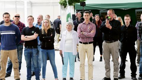 Nordiska motståndsrörelsen med hedersmedlemmen  Vera Oredsson (i mitten) i  Almedalen 2017.  Bild: Henrik Montgomery/TT