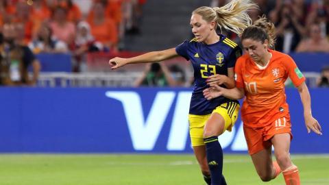 Elin Rubensson har ett VM-brons ibagaget när hon nu ställer om siktet mot SM-guld tillsammans med resten av GFC. Här utmanar hon Nederländernas Danielle Van De Donk under VM-semifinalen.   Bild: Laurent Cipriani/AP/TT