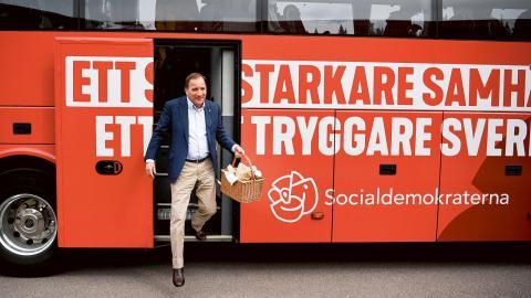 Statsminister Stefan Lˆfven (S) besˆker fotbollsskolan i Munkfors under sin bussresa genom delar av Sverige. Bild: Pontus Lundahl / TT