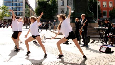 """Gruppen Tjexchoklad underhåller vid Kopparmärra. Gruppen består av fem dansare och sex musiker/sångare i bandet. """"Det gäller att ha mycket energi och utstrålning för att fånga folk som går förbi"""", säger Oskar Bucaro som är dansare.    Foto: Ylva Bowes"""