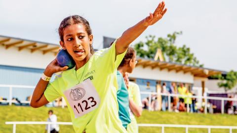 Amen, 11 år, stöter kula under Angeredsspelen i juni.  Bild: Peter Zellinger
