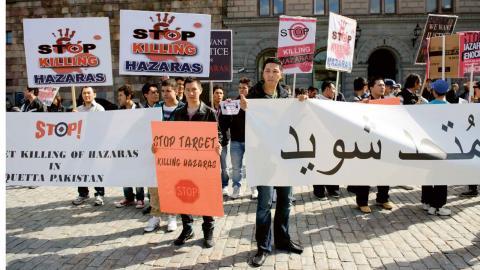 2012 samlades hazarer utanför riksdagshuset i Stockholm för att protestera mot det våld de utsattes för i Pakistan. Foto: Henrik Montgomery / TT