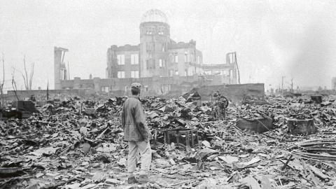 """Ruinerna av Hiroshima efter atombomben. """"När spänningen mellan makterna ökar, ökar också risken för kärnvapenkrig"""", skriver debattören. Bild: Stanley Troutman/AP/TT"""