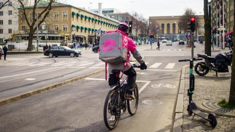 Foodora-cyklist på Avenyn i Göteborg.  Bild: Shutterstock