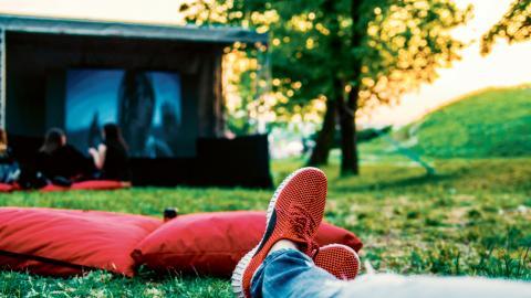 Under veckan som kommer bjuds det på två tillfällen att titta på bio under bar himmel. Glöm inte picknickkorgen, filten eller den extra tröjan. Bild: Shutterstock