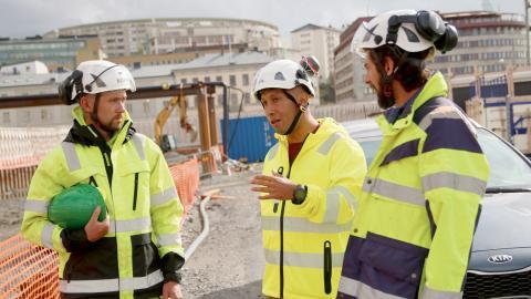 Byggnads ombudsman, Pablo Vergara (i mitten), diskuterar säkerheten med snickeriansvarige Eoin Harney (tv) och byggtekniskt ansvarige Mustafa Özhan (th).  Bild: Sao-Mai Dau
