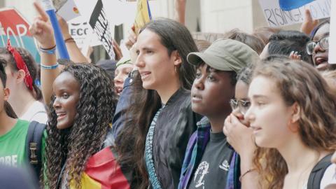 Xiuhtezcatl Martinez, i mitten,  och Vic Barrett, med keps, under klimatdemonstrationen i New York i fredags.