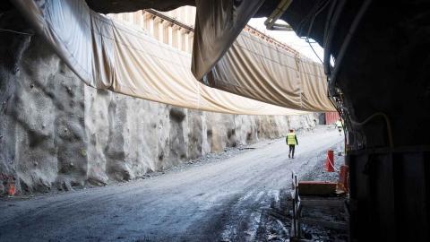"""""""Fler trafikforskare slår fast att det inte går att bygga bort bilköer. Tvärtom så leder fler motorvägar till fler bilar."""", skriver debattörerna. Foto: Fredrik Sandberg / TT"""