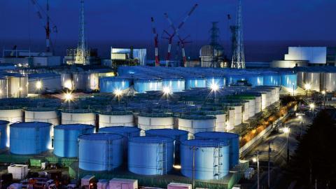Tepco har samlat in över en miljon ton kontaminerat vatten från kylaggregaten i kärnkraftverket.  Bild: Kyodo News/ap/TT