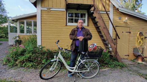 Efter att flera elcykelbatterier slutat fungera efter kort tids användning misstänker Daniel Lindahl att planerat åldrande är inbyggt i batterierna .  Bild: Karin Holmberg