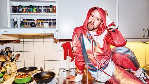 """I enmansföreställningen """"Hemma hos dig med Carl Olof"""" använder koreografen Carl Olof Berg hemmet som scen. """"Att uppträda där är ingenting nytt. Men här tänkte jag att det bara ska vara min kropp, jag som kommer själv"""", säger han. Bild: Erik Lindvall"""