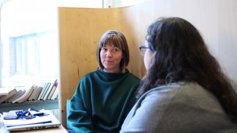 Universitetslektorn Christina Lindqvist och lärarstudenten Jessica Matheijs undrar varför inte fler vill bli språklärare. Bild: Sanna Arbman Hansing