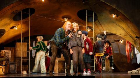 """David Lundqvist som Fagin busar med Mathias Graffner som Oliver Twist innan repetitioner av """"Oliver"""" drar igång för dagen. Bild: Christian Egefur"""