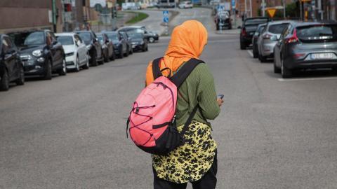 """""""Att vi i Sverige skulle förbjuda vuxna kvinnor att bära huvudduk är en orimlig ståndpunkt, eftersom den utgår från att alla som bär huvudduk är tvingade att bära de"""", skriver debattören. Bild: Fotograferna Holmberg/TT"""